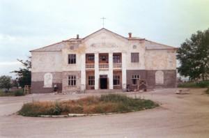 Здание центра, вид спереди